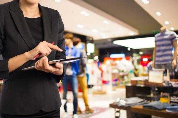 En el nuevo concepto de tienda de ZARA en Londres los empleados de tiendas van con datáfonos con bluetooth que permite pagar los pedidos sin pasar por caja, evitando así las colas.